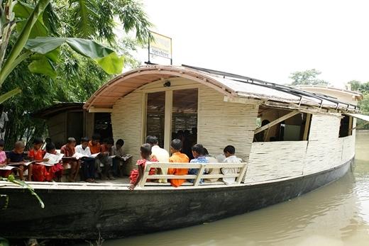 Mọi người ở đây đã chinh phục nghịch cảnh bằng cách mở một ngôi trường độc đáo trên mặt nước.