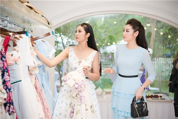 Á hậu Dương Tú Anh diện váy voan mỏng với sắc xanh ngọt ngào, trẻ trung. Thiết kế tạo điểm nhấn bởi cấu trúc phân tầng.