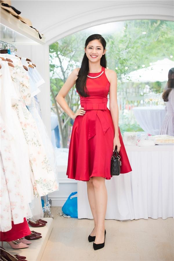Á hậu Việt Nam 2016 Ngô Thanh Thanh Tú nổi bật trong dàn người đẹp với sắc đỏ. Gu thời trang của người đẹp Hà thành được định hướng theo sự sang trọng, thanh lịch, nhẹ nhàng.