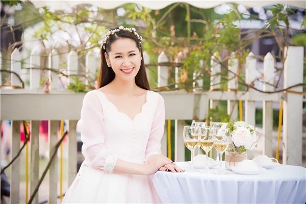 Dàn Á hậu, người đẹp đến mừng Ngọc Hân khai trương cửa hàng