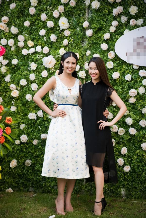 Người đẹp Thân thiện của Hoa hậu Hoàn vũ Việt Nam 2008 Dương Thùy Linh rạng rỡ đến chúc mừng Ngọc Hân. Cả hai là những người bạn thân thiết của nhau.