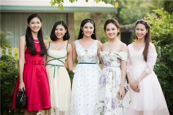 Dàn người đẹp khoe sắc lộng lẫy với những trang phục thanh lịch, ngọt ngào, kín đáo.