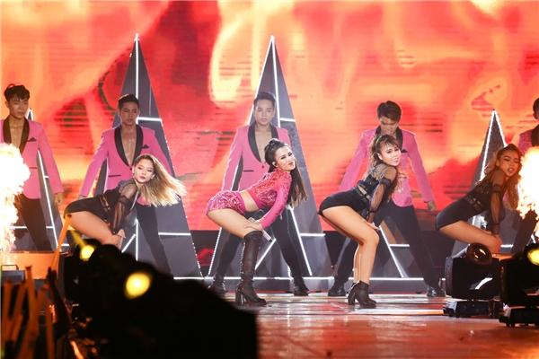 Ở phần cuối chương trình, Đông Nhi trở lại trong bộ jumpsuit màu hồng với liên khúc gồm: Boom Boom - Pink Girl - Shake The Rhythm, kết hợp cùng rapperMei (Lip B). - Tin sao Viet - Tin tuc sao Viet - Scandal sao Viet - Tin tuc cua Sao - Tin cua Sao