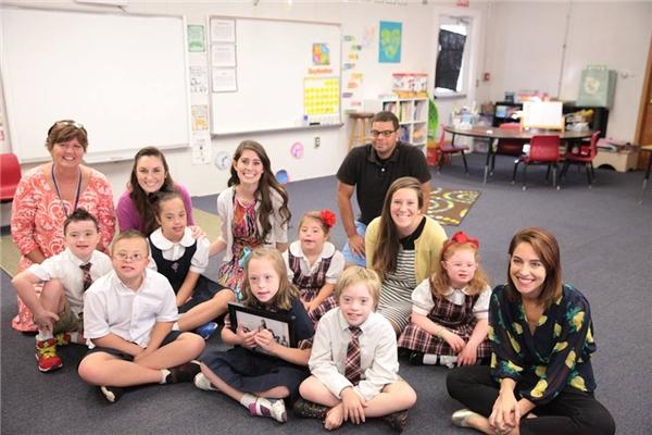 Cô giáo Kinsey (thứ 3 đếm từ trái sang)chụp ảnhcùng các học sinh và đồng nghiệptrong lớp học đặc biệt của mình.