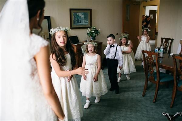 Nam sinh trở thành phù rể đeo nơ trong khinữ sinh trở thành phù dâu mặc đầm trắng, đầuđội vòng hoa.