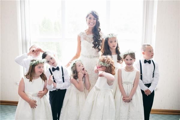 Sự hiện diện của các em đã khiến đám cưới của cô giáo trở nên đặc biệt và ý nghĩa hơn nhiều.