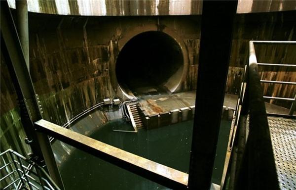 Hình ảnh một đường ống dẫn nước ra giếng đứng.