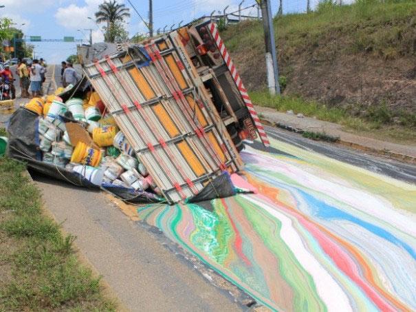 Khi một chiếc xe chở sơn bị lật làm sơn tràn ra đường.