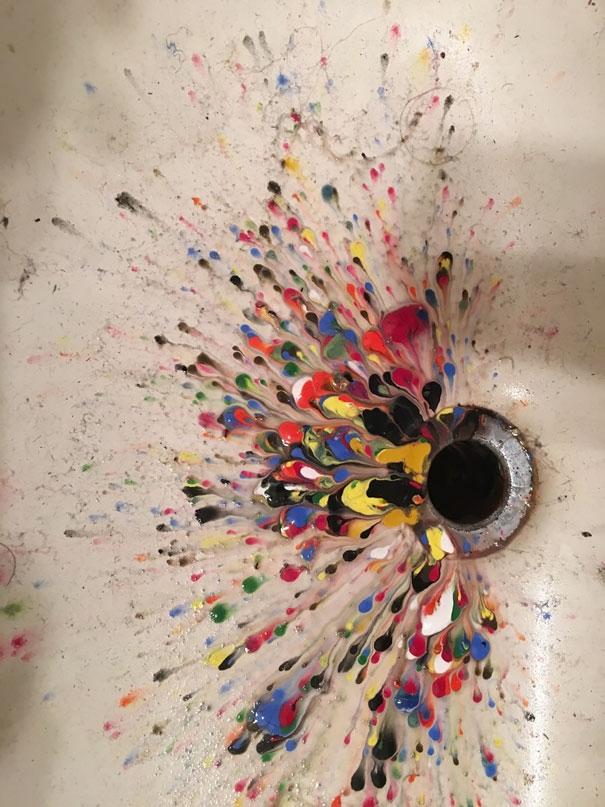 Nguyên hộp màu acrylic bị đổ vào bồn rửa mặt.