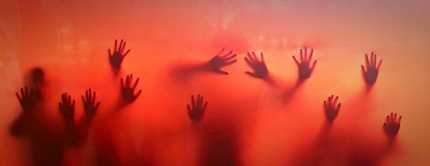 Một đám trẻ con chơi đùa đằng sau một màn hình bằng vải tại một lễ hội.