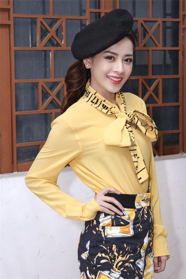 Sự cầu kì quá mức của bộ trang phục này lại khiến Chi Pu bị nhầm lẫn đang đi diễn thời trang thay vì dẫn một chương trình về âm nhạc.
