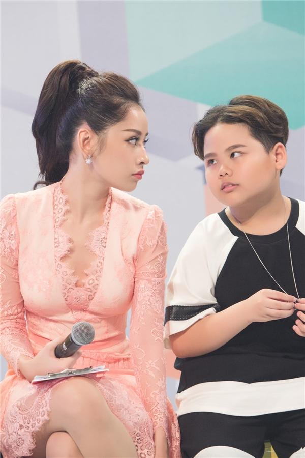 """Gu thời trang """"khó hiểu"""" của Chi Pu tại The Voice Kids 2016"""