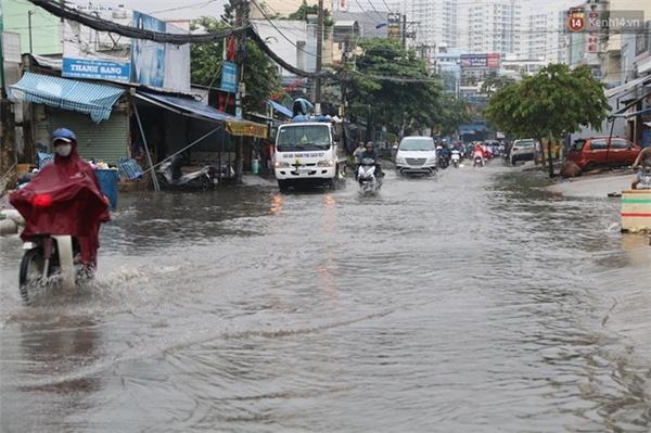 Tuyến đường Huỳnh Tấn Phát ngập là do mưa to kết hợp với thủy triều lên.
