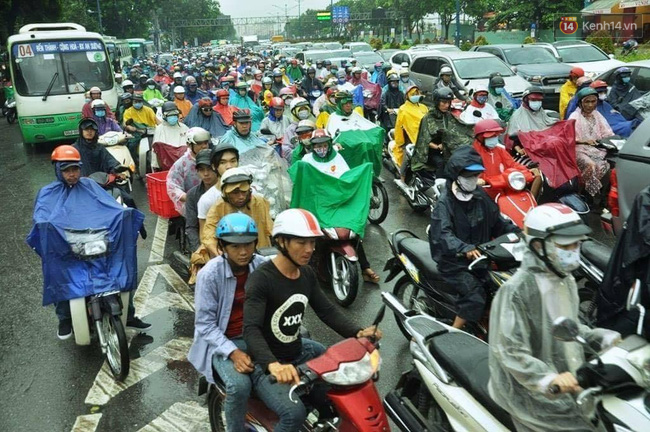 Ngã giao Trường Chinh - Cộng Hoà lưu lương xe khá đông, các phương tiện có thể di chuyển chậm.