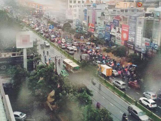 Đường Cộng Hòa, quận Tân Bình, xe cộ qua lại đông đúc.