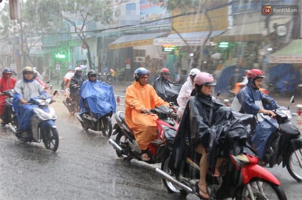 Cơn mưa lớn đổ xuống ngay sáng đầu tuần khiến việc đi làm, đi học trở nên vất vả hơn.