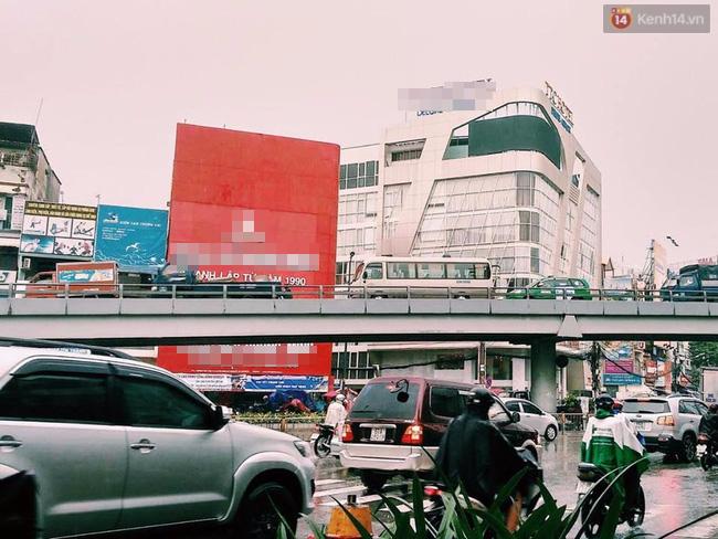 Mưa lớn ở khu vực cầu vượt Lăng Cha Cả, quận Tân Bình.