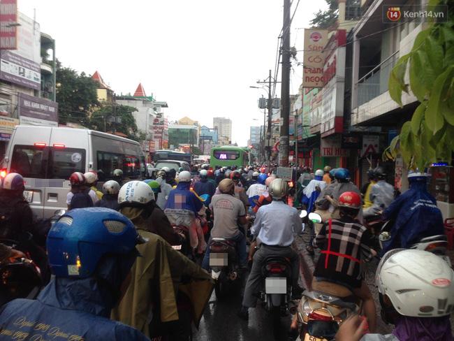 Khu vực đường Bạch Đằng hướng ra cầu Sài Gòn quận Bình Thạnh dòng xe kẹt cứng, ùn tắc kéo dài.
