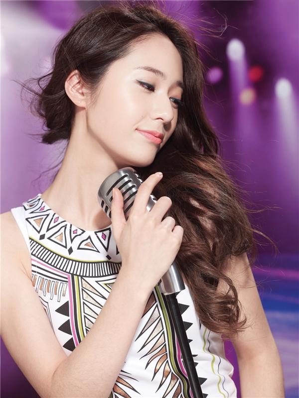 Dù đảm nhận vai trò hát chính nhưng Krystal thường xuyên bị chê bai rằng có giọng hát ở mức trung bình còn kĩ thuật yếu kém.