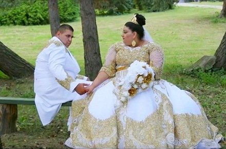 Bộ váy cưới trắng này có trị giá vàng thật tính ra tiền lên tới 175.000 bảng Anh (tương đương hơn 5 tỉ đồng).