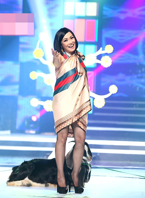 """Vóc dáng nhỏ bé của Phương Thanh như bị """"nuốt chửng"""" với chiếc khăn to bản quấn thành váy suông giấu đường cong."""