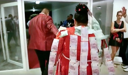 Ngoài chiếc váy Evka đang mặc được thêu toàn bộ bằng vàng thật, cô dâu Evka còn được nhiều người thân dán rất nhiều đồng tiền 500 Euro