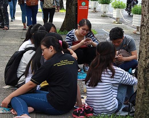 Smartphone đang biến giới trẻ thành một thế hệ cúi đầu vô cảm, bất cần