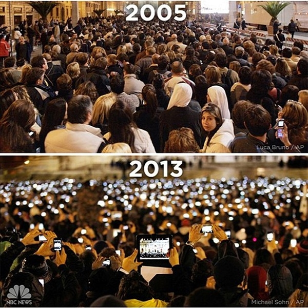 Bức ảnh so sánh về sự khác nhau của một buổi lễ tại tòa thánh Vatican khiến cả thế giới không khỏi giật mình. Sau tám năm cả không gian cao quýbị lấp đầy bởi hàng nghìn chiếc điện thoại, các tín đồ chẳng còn chút cảm xúc gì trước khoảnh khắc thiêng liêng trong cuộc đời họ.