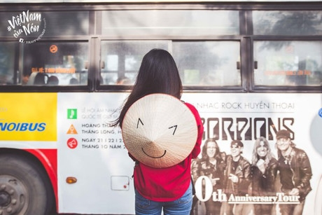 Nhờ được sử dụng các hình ảnh emotion sinh động với nhiều biểu cảm dí dỏm, chiếc nón lá Việt Nam quen thuộc đã trở nên đáng yêu, trẻ trung hơn.