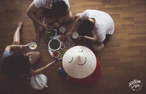 Ở mỗi khung cảnh, chiếc nón lá sẽ được các bạn của Đoàn SSEAYP 2016 trang trí một biểu cảm khác nhau. Đó có thể là cảm xúc viên mãn khi đoàn đụ trong bữa ăn gia đình…