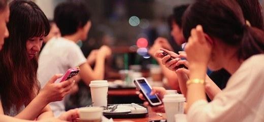Những cuộc gặp gỡ ăn uống với bạn bè chẳng còn ý nghĩa gì vì chẳng ai nhìn vào ai.