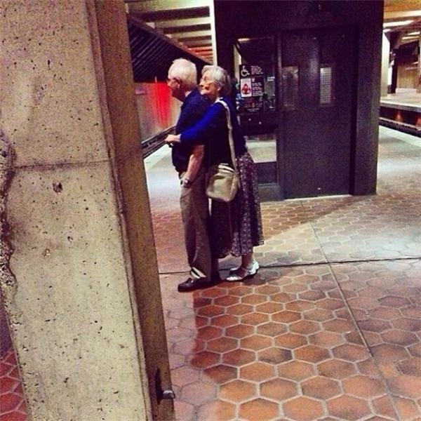 ...là khi bà bỏ qua sự xấu hổ để mạnh dạn trao cho ông một cái ôm từ phía sau đầy ấm áp...