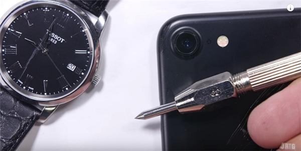 Vì sao mặt kính iPhone dễ trầy xước hơn kính đồng hồ?
