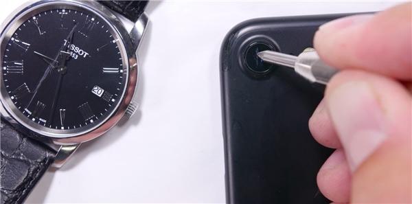 Màn thử nghiệm mặt kính sapphire trên iPhone và mặt đồng hồ. (Ảnh: youtube)
