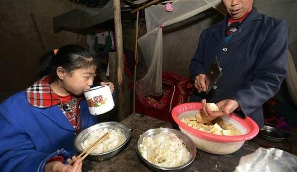 Mới 15 tuổi nhưng bé có thể ăn nhiều hơn cả một người đàn ông lực lưỡng với6,7kg gạo một ngày.