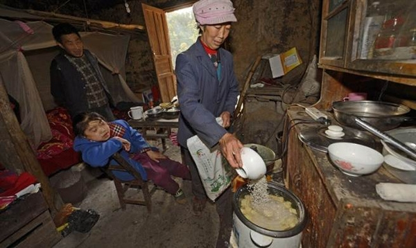 Trong nhà lúc nào cũng phải đảm bảo nồi đầy cơm để đáp ứng kịp thời mỗi khi cô bé bị đói.
