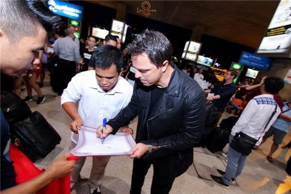 Markus ký tặng các fan.