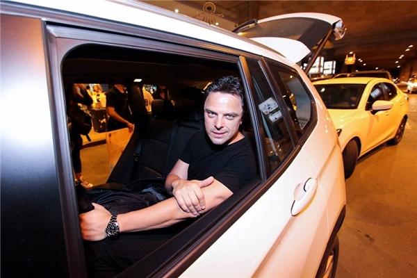 """Xe BMW """"hộ tống"""" Markus về khách sạn Crystal Palace tại quận 7để chuẩn bị cho đêm diễn."""