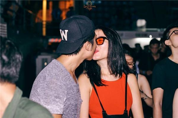 Những nụ hôn ngập tràn cảm xúc.