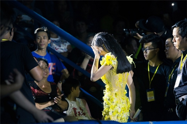 """Liveshow kỷ niệm 8 năm ca hát cũng là cơ hội để Đông Nhi nói lời cảm ơn đến đấng sinh thành. Những lời tâm sự chân thành và giọt nước mắt của cô khiến khán giả hiểu hơn về tấm lòng của nữ ca sĩ dành cho """"hậu phương"""" vững chắc của mình. - Tin sao Viet - Tin tuc sao Viet - Scandal sao Viet - Tin tuc cua Sao - Tin cua Sao"""