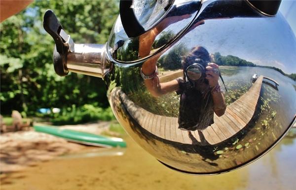 Selfie chất lừ với một chiếc ấm, cô gái khiến thế giới phải hết hồn