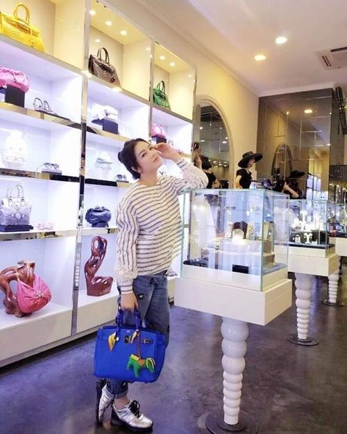Từ Hermes đến Moschino hay MCM, Chanel, Lý Nhã Kỳ đều sở hữu nhiều thiết kế đa dạng về màu sắc, kiểu dáng.
