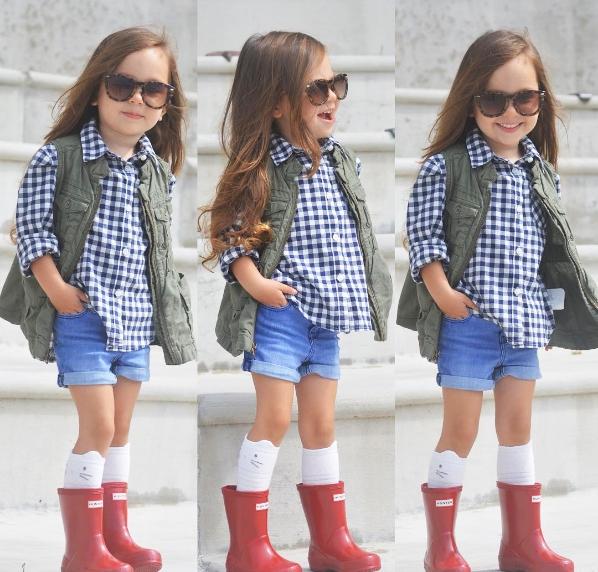 Cô bé biết cách pose dáng như thế nào đểăn ảnh nhấtvà được mẹ diện cho những bộ cánh phong cách nhưmột fashionista chính hiệu.