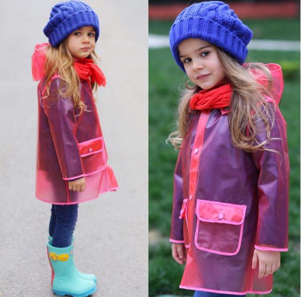 """Trông cô bé vô cùng """"chất chơi"""" trong chiếc áo mưa trong tông đỏ cá tính."""
