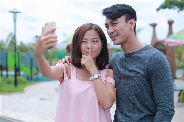 """Ở ngàyquay hình đầu tiên của bộ phim, chàng """"soái ca"""" điển trai nhất X-Pro cũng ít nhiều khiến """"chị Vinh"""" trong Tôi Thấy Hoa Vàng TrênCỏ Xanh phát cuồng khi liên tục chụp selfie nhiều sắc thái cùng anh."""