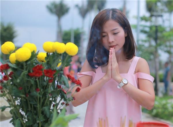 Những tưởng Khánh Hiền đang bận rộn với việc chuẩn bị hôn lễ thì mới đây trên trang cá nhân của mình, nữ diễn viên Tôi Thấy Hoa Vàng Trên Cỏ Xanh tiết lộ dự án điện ảnh mới mà cô tham gia diễn xuất mang tênCó Căn Nhà Nằm Nghe Nắng Mưa.