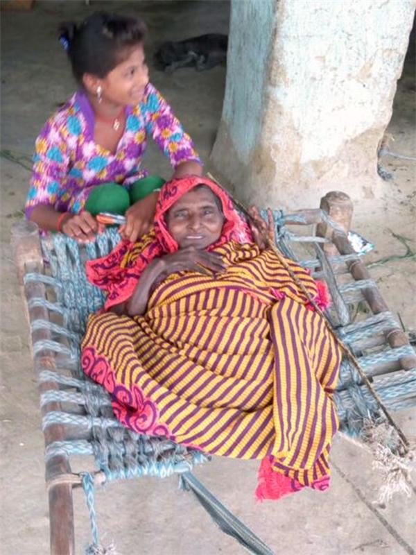 Trong 4 bốn tháng đầu tiên sau sinh, bà Shanti mất dần 15cm chiều cao.