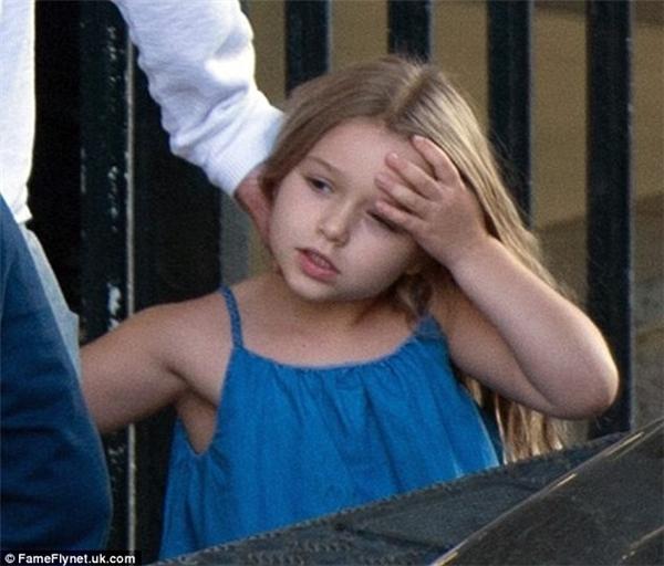 Trong bộ váy denim xanh với mái tóc vàng óng và khuôn mặt bầu bĩnh, bé Harper ngày càng ra dáng một thiếu nữ vô cùng đáng yêu.