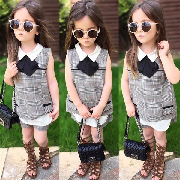 Với phong cách tạo dáng chuyên nghiệp như người mẫu,cô bé nhanh chóngnhận được nhiều lời mời quảng cáo của các nhãn hàng thời trang.