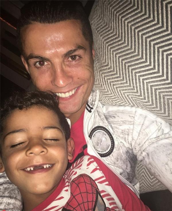 Dù rất bận rộnvới công việc nhưng anh vẫn luôn dành nhiều thời gian để ở bên và chăm sóc tốt cho quý tử Ronaldo Jr.